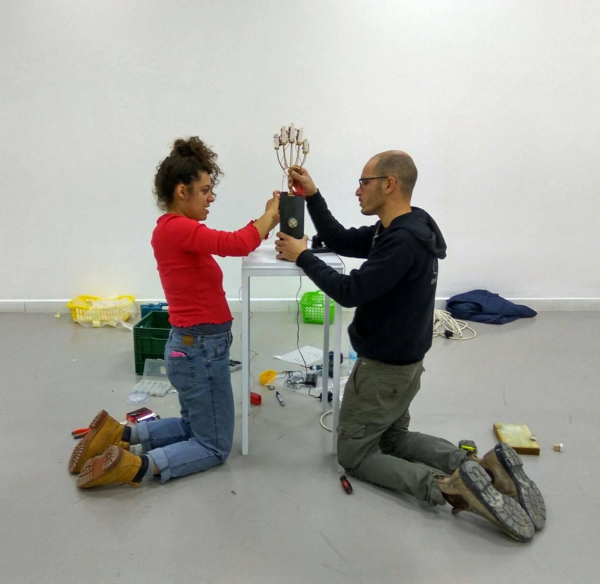 מקימים את התערוכה, נטלי אילון בעבודת צוות