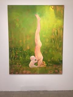 ציור השמן היחידי שהופיע בביאנאלה (שהוא בכלל העתק של תמונה ויראלית שרצה בפייסבוק של מורה ליוגה מניקה את הילד שלה)