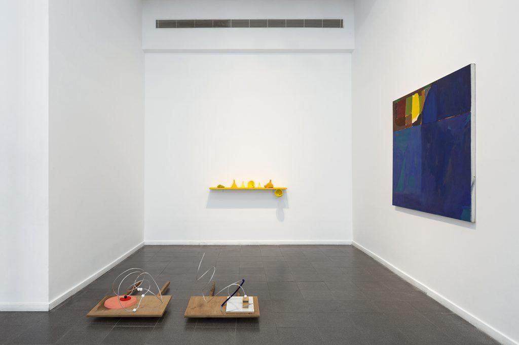 יערה אורן ועדן בנט, מבט על הצבה מתוך ״בעיית הסוכן הנוסע״, תערוכה זוגית בגלריה עינגע, תל אביב. צילום: לנה גומון